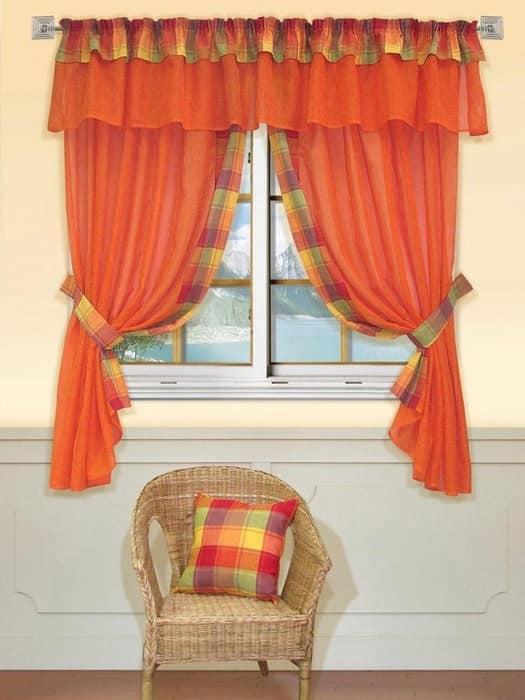 Фото оранжевых штор на светлой кухне