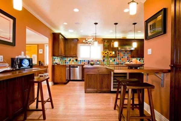 Кухня с оранжевыми обоями фото