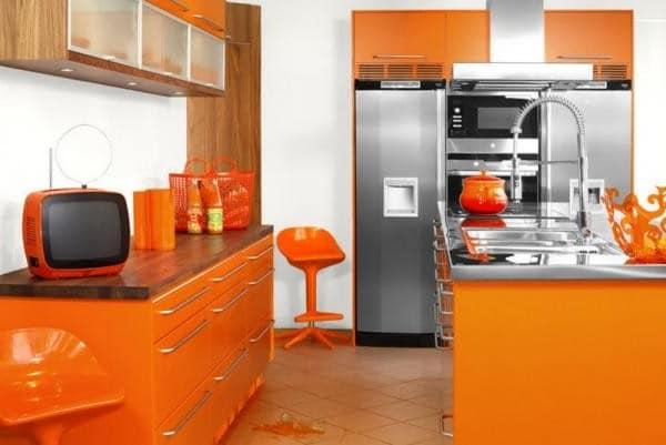 Дизайн кухни с оранжевой мебелью и мелкими деталями