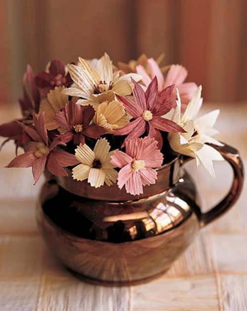 Цветы из листьев кукурузы - симпатичный букет для декорирования дома