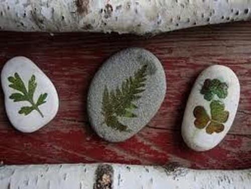 Рукотворные окаменелости - морские камешки, декорированные сухими листьями