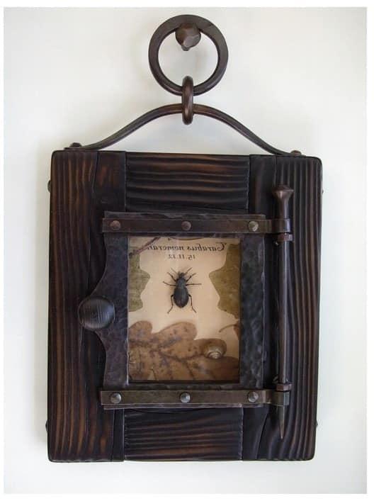 Для декора - дубовые листья и жук в кованной рамке