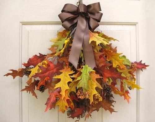 Букет из разноцветных сухих дубовых листьев для декорирования входной двери