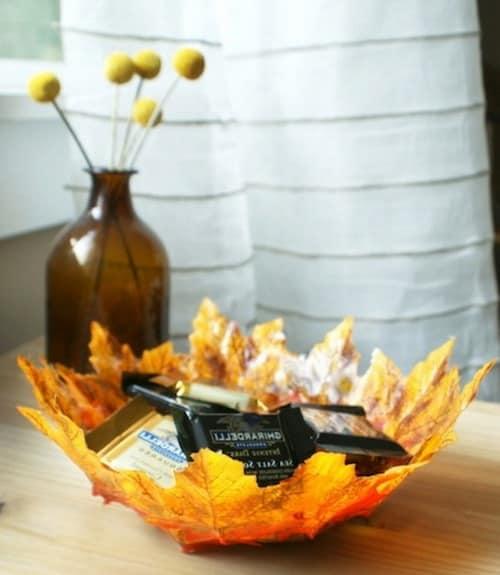 Конфетница из сухих кленовых листьев