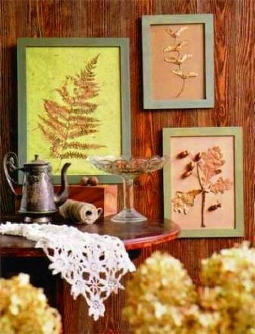 Декорирование гостиной простыми гербариями на цветных листах