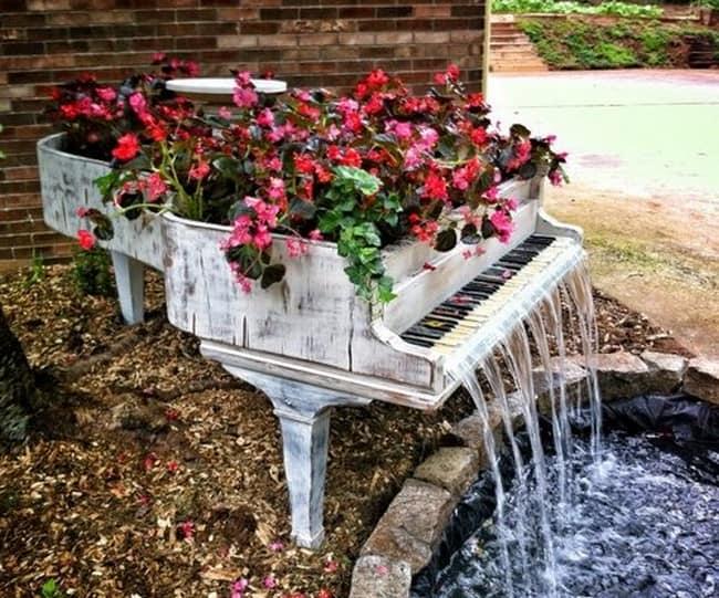 Делам клумбу из старого рояля с водопадом