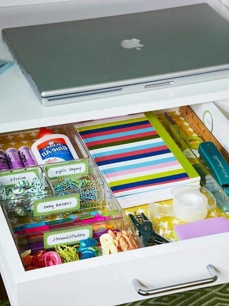 Хранение канцелярских мелочей в ящиках стола в рабочем кабинете