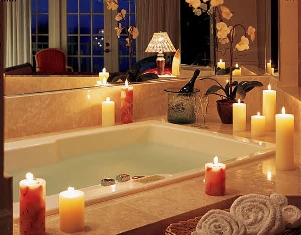 Как украсить ванну к 8 марта: свечи по периметру и розовые лепестки и пена в воде