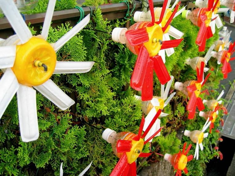 Поделки и украшения для дачи и сада из пластиковых бутылок фото