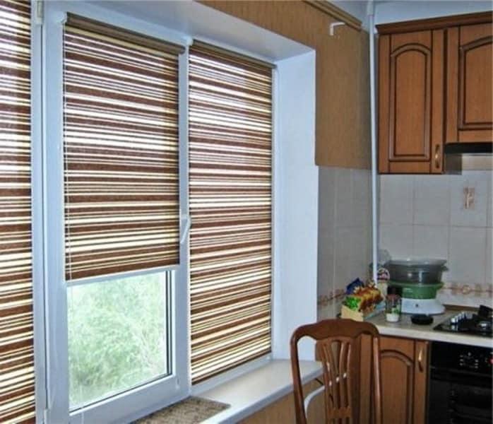 Горизонтальные жалюзи на кухне фото