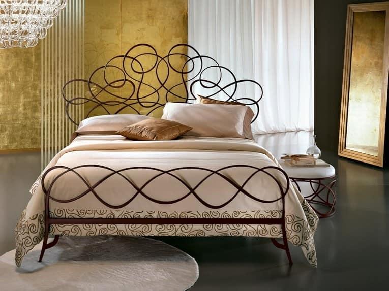 Кованая кровать в квартире - стильно и необычно
