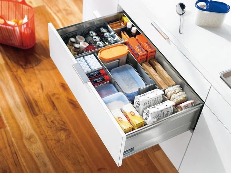 Выдвижные ящики на кухне для хранения разных мелочей