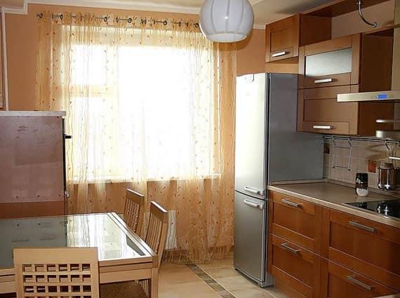 Длинные легкие шторы до пола на кухне - если рядом нет плиты!