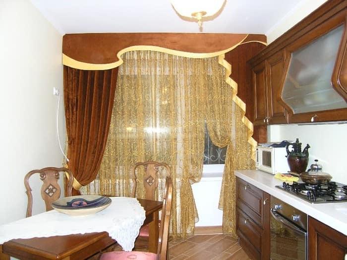 Легкая тюль и шторы с ламбрекеном на кухне - далеко от плиты