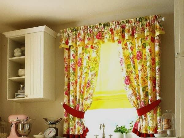 Короткие шторы с цветочным узором - весенний и летний декор кухни