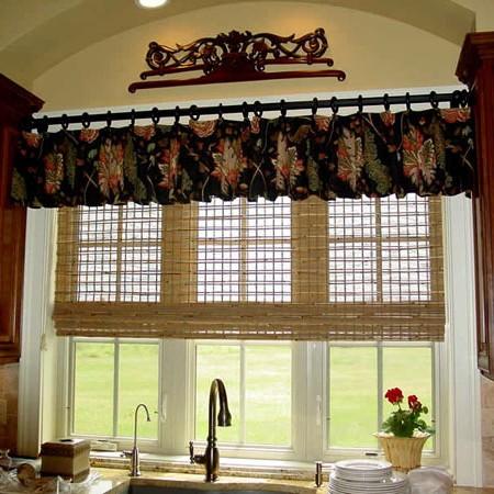 Римские шторы или жалюзи в сочетании с тканевым лабрекеном на кухне
