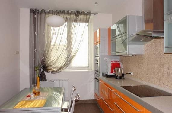 Используйте держатель для длинных легких штор на кухне для безопасности