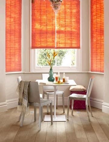 Жалюзи или рулонные шторы удобно использовать на кухне