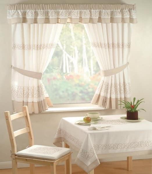 Короткие шторы в стиле кантри для светлой кухни