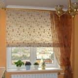 Сочетание римских и обычных штор на кухне