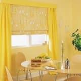 Желтые римские и обычные кухонные шторы