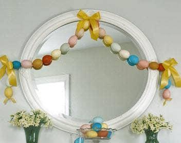Даже зеркало можно украсить к празднику Пасхи