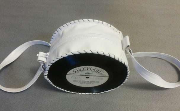 Компактная, стильная и вместительная сумочка из виниловых пластинок