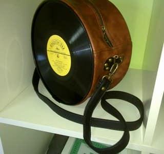 Выглядит сумочка из пластинки оригинально и эффектно