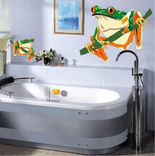 Интерьерные наклейки - яркий акцент в белой ванной комнате