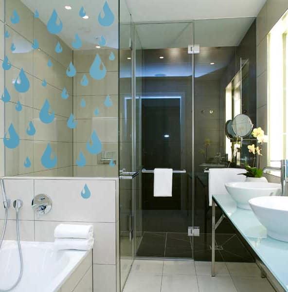 Рисунки на ширме ванны оживляют скучный интерьер