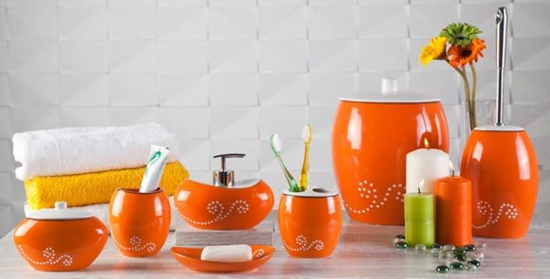 Удачно изменить интерьер ванной можно при помощи аксессуаров в едином стиле