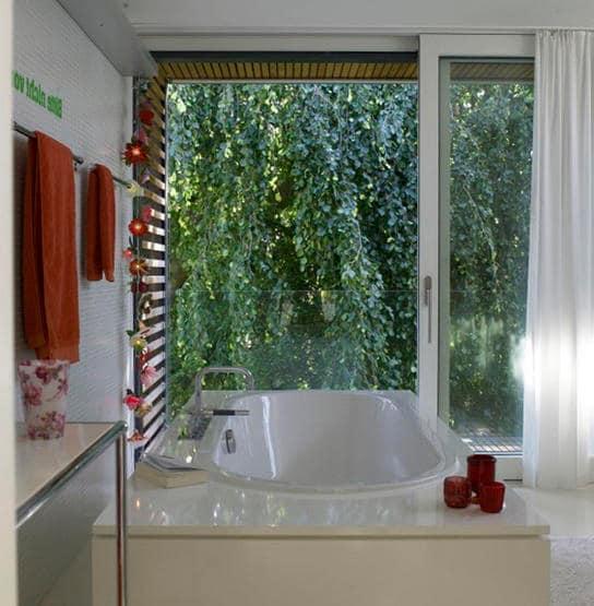 Яркие акценты в белом интерьере ванной