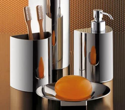 Блестящие металлические аксессуары - прекрасное дополнение для интерьера ванной в темных тонах