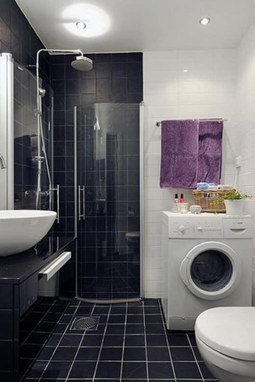 Яркая деталь в интерьере черно-белой ванной - выгодный акцент