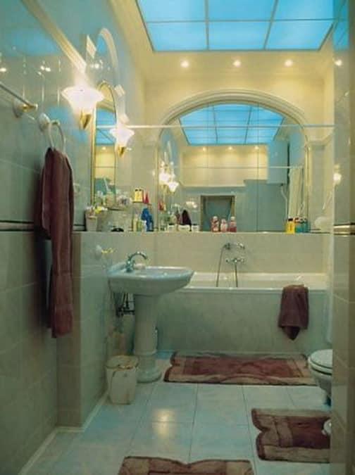 Изменение интерьера белой ванной комнаты с помощью акскссуаров и подсветки
