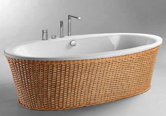 Отделка ванны плетеными акскссуарами делает интерьер более уютным