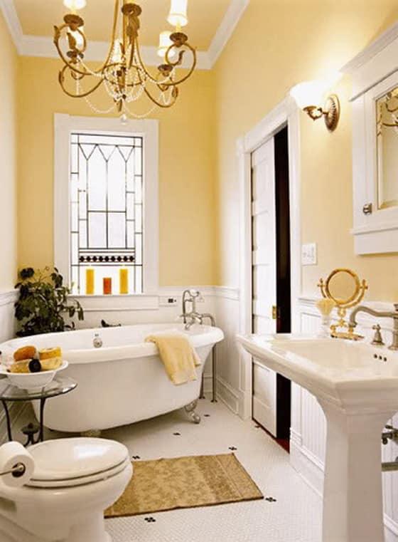 Декорирование ванной комнаты в абрикосовом цвете с окном - можно использовать живые растения