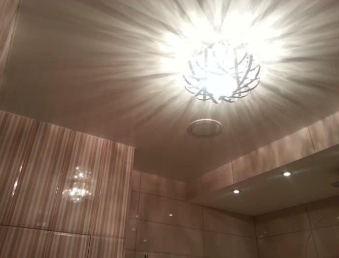 Удачное освещение преображает интерьер ванной комнаты