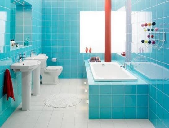 Теплые оранжевые детали в интерьере ванной в голубых тонах