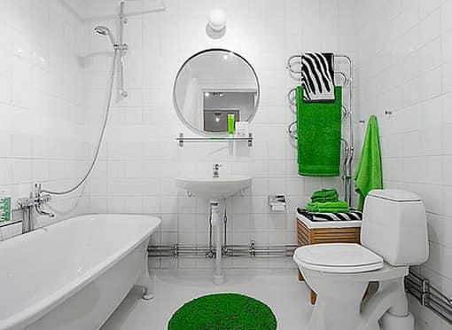 Яркие детали в интерьере белой ванной