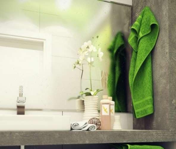 Яркие полотенца - удачное дополнение для интерьера ванной комнаты в светлых тонах