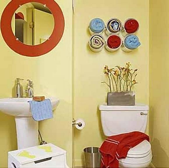 Оригинальные полки для полотенец и зеркало в красной раме преображают скучный однотонный интерьер
