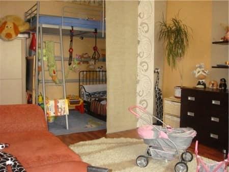 Зонирование: детская для малыша в нише комнаты за шторой