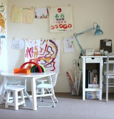 Столик и детский уголок для занятий в однокомнатной квартире