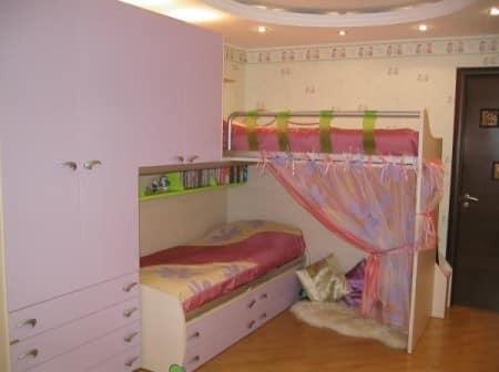 Интересное решение - место для детский игр под кроватью за занавеской