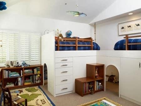 Оригинальное место для игр под высокой детской кроватью