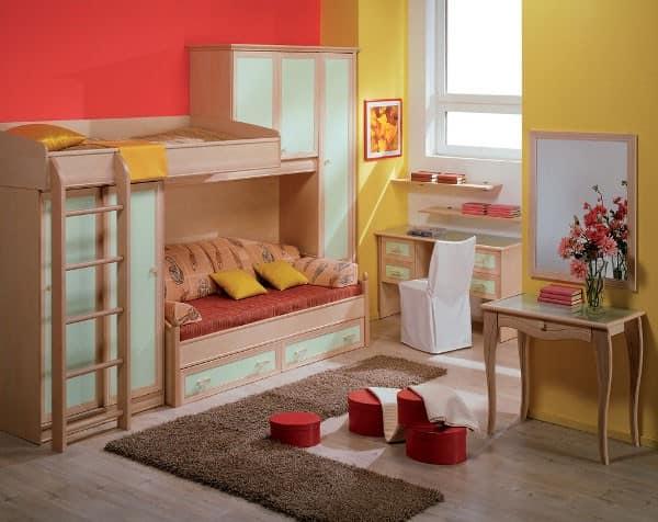 Светлый детский уголок с кроватью в углу у окна