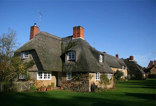 Окна английского дома расположены низко.