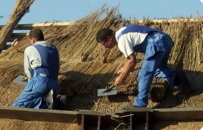Только вручную можно построить соломенную крышу