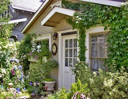Крыльцо у английских домов чаще всего отсутствует, но зато популярны навесымного